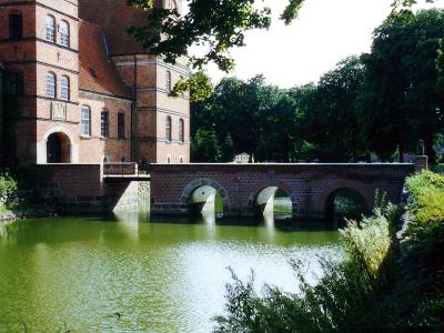 Rosenholm Slot med den rekonstruerede voldgravsbro