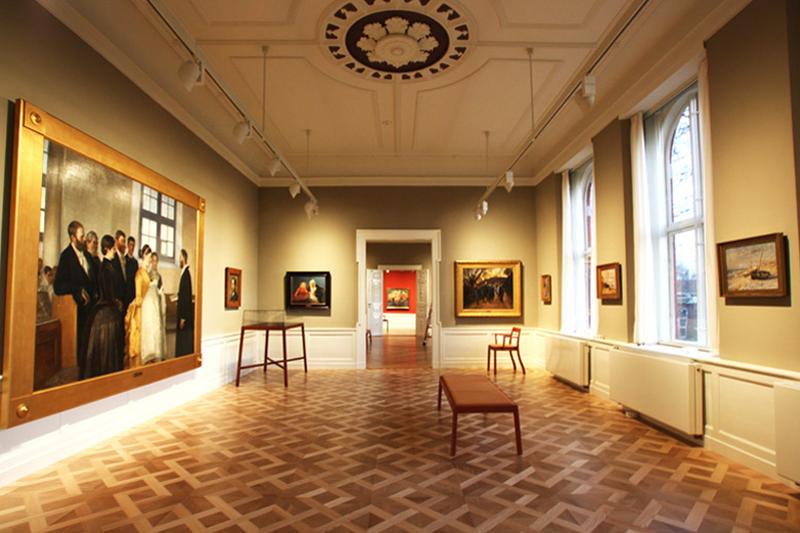 Kunstudstilling, to af de i alt 6 parketgulve i stuen er nye og designet af tegnestuen